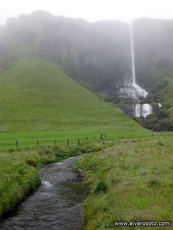 Una caída de agua junto a la Ring Road