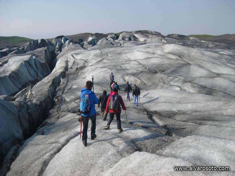 El grupo asciende por el glaciar