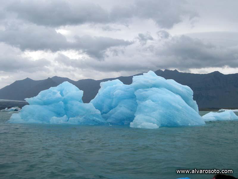 Un iceberg a la deriva en Jökulsárlón