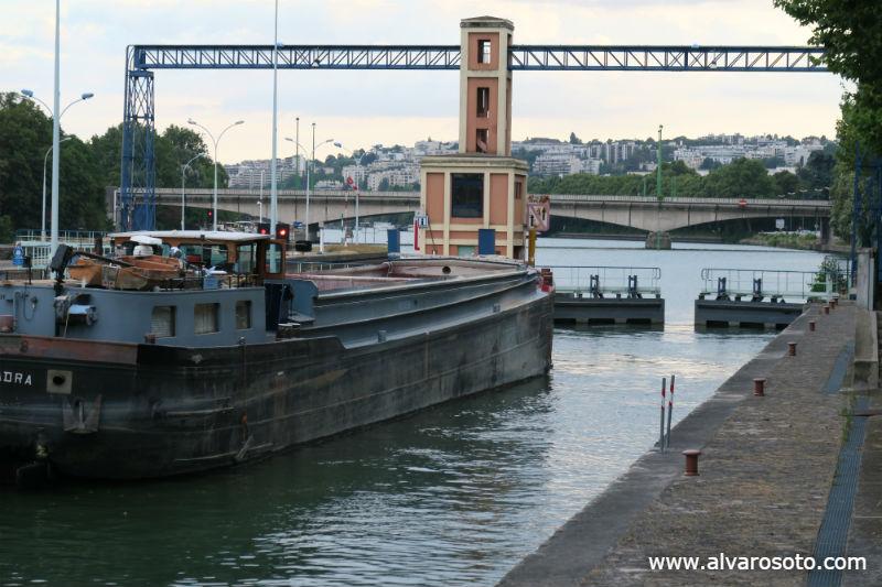 Una gabarra asciende en la esclusa de Suresnes con dirección a París
